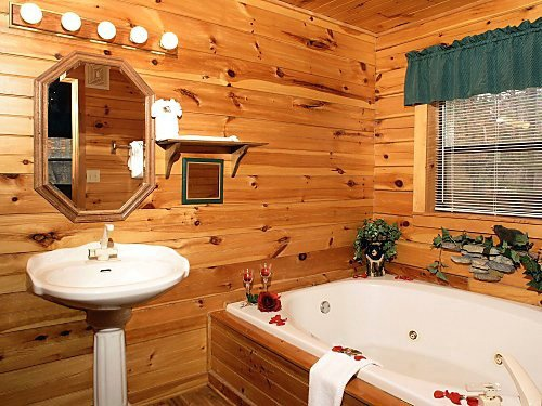 en suite bath on main level at mountain mist a 1 bedroom cabin rental located in pigeon forge
