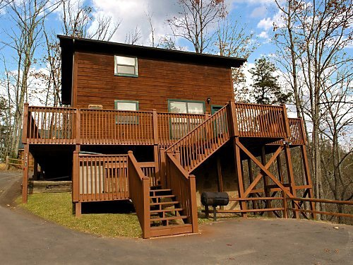 exterior front entrance at mountain mist a 1 bedroom cabin rental located in pigeon forge
