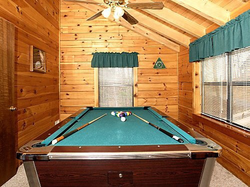game room with pool table at mountain mist a 1 bedroom cabin rental located in pigeon forge