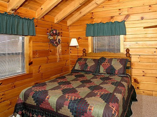 lofted queen bed at mountain mist a 1 bedroom cabin rental located in pigeon forge