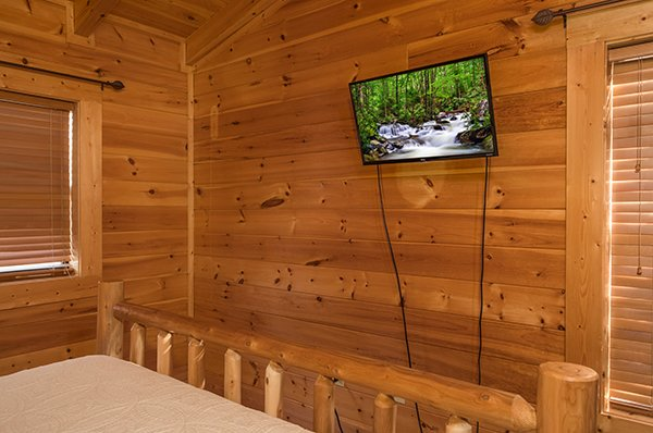 wall mounted television at 5 little cubs a 2 bedroom cabin rental located in pigeon forge
