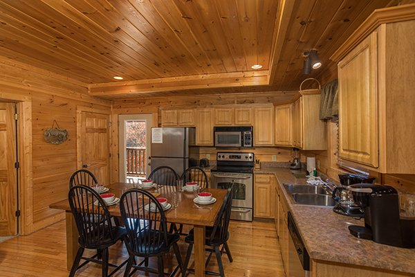 eat in kitchen at 5 little cubs a 2 bedroom cabin rental located in pigeon forge