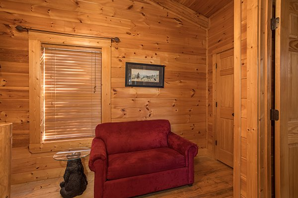 sitting area at 5 little cubs a 2 bedroom cabin rental located in pigeon forge