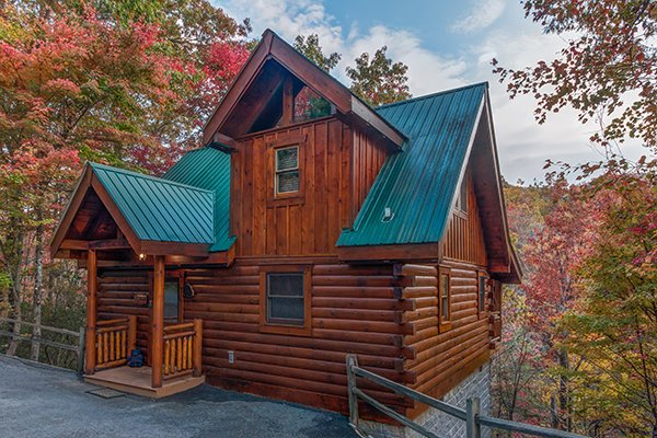 Exterior of the cabin and the flat parking at Dancing Bearfoot, a 2-bedroom cabin rental located in Pigeon Forge