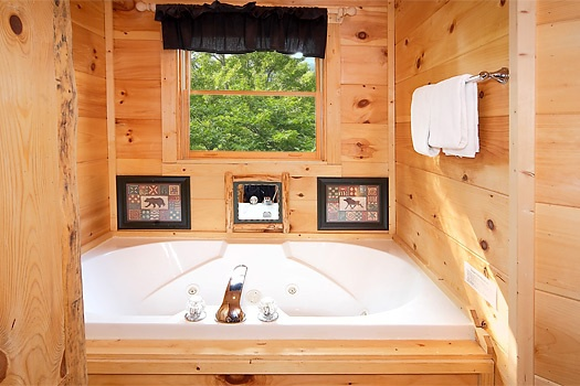 jakuzzi tub in bathroom at 2 lovin' bears a 1 bedroom cabin rental located in gatlinburg