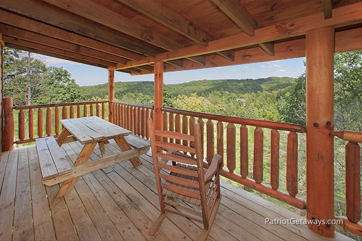 lower level rocker and picnic table at tranquility a 2 bedroom cabin rental located in gatlinburg