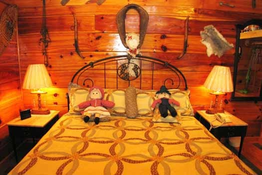 king bed in studio bedeoom at just us a 1 bedroom cabin rental located in pigeon forge