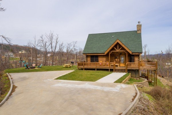 Flat parking with view of the fire pit, picnic table and grill, and cabin at Moonlight Inn Gatlinburg, a 2 bedroom cabin rental located in Gatlinburg