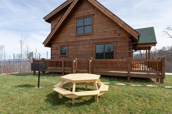 Grill and picnic table in the yard at Moonlight Inn Gatlinburg, a 2 bedroom cabin rental located in Gatlinburg