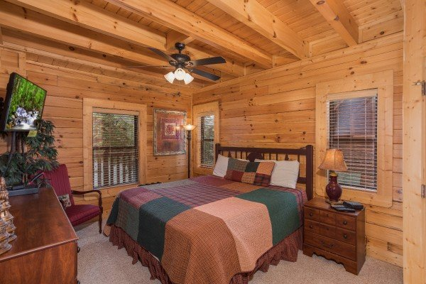 Bedroom with a king-sized bed at Heaven on Earth, a 2-bedroom cabin rental located in Pigeon Forge