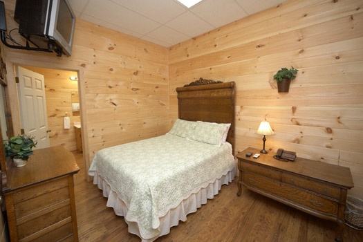 first floor bedroom with attached bath at mountain lake escape a 3 bedroom cabin rental located in douglas lake