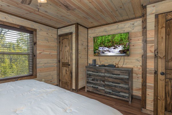 Dresser and a TV in a bedroom at Heaven's Hill, a 3 bedroom cabin rental located in Gatlinburg
