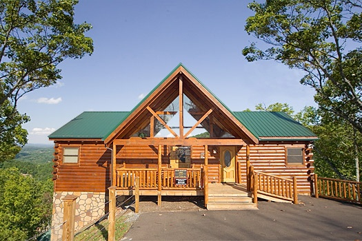 exterior front view at moose mountain lodge a 4 bedroom cabin rental located in gatlinburg