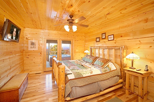first floor king bedroom at moose mountain lodge a 4 bedroom cabin rental located in gatlinburg