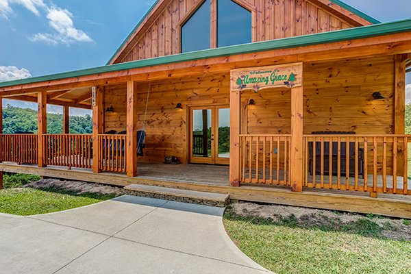 front porch and parking at amazing grace a 3 bedroom cabin rental located in pigeon forge