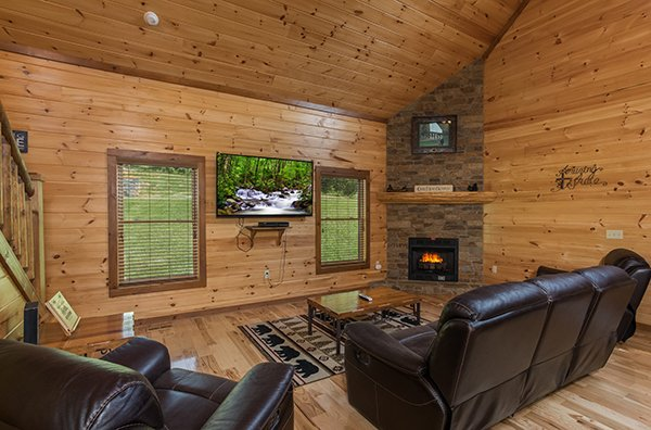 wall mounted television at amazing grace a 3 bedroom cabin rental located in pigeon forge