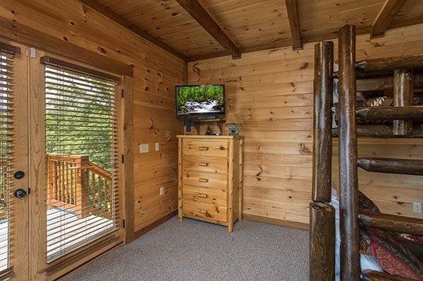 bedroom storage and television at amazing grace a 3 bedroom cabin rental located in pigeon forge