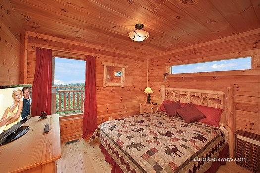 bedroom with queen bed at wilderness escape a 2 bedroom cabin rental located in gatlinburg