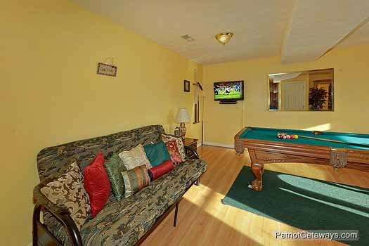 game room with futon at sunset vista view a 1 bedroom cabin rental located in pigeon forge