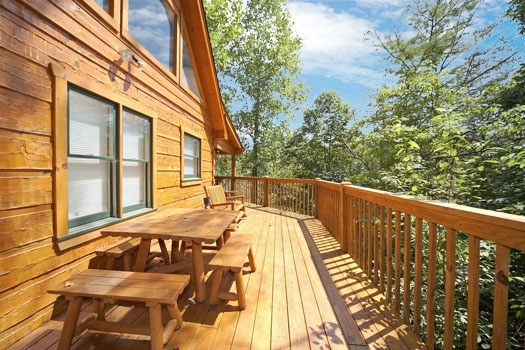 picnic table on deck at mickey's playhouse a 2 bedroom cabin rental located in pigeon forge