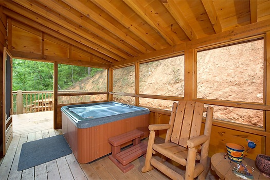 screened deck with hot tub at mickey's playhouse a 2 bedroom cabin rental located in pigeon forge