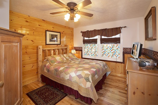 queen bedroom with  with en suite bath at perfection! a 3 bedroom cabin rental located in gatlinburg
